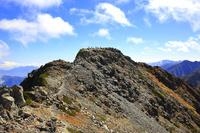 山梨県 北岳稜線より望む北岳山頂と登山者