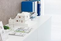 棚の上にある建築模型