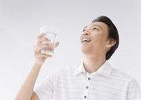 グラスを持つ男性