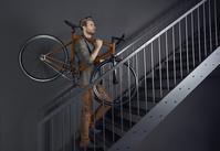 自転車を担ぐ若い男性