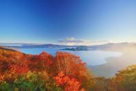 秋田県 紫明亭展望台から望む十和田湖と朝霧