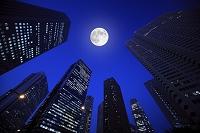 東京都 夜の新宿高層ビル群と満月