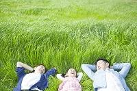 草原で寝そべるファミリー