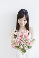 花束を持つ日本人女性