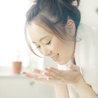 顔を洗う日本人女性の横顔
