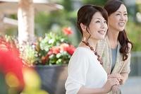 遠くを眺める中高年日本人女性