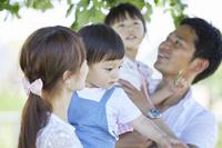 子供を抱っこする両親