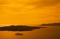 ギリシャ クルーズ船と島々がむかえる夕日