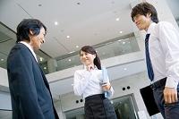 立ち話をする日本人ビジネスパーソン
