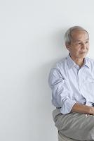 椅子に座るシニアの日本人男性