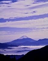山梨県 山並みと雲海と富士山