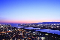 梅田スカイビルの空中庭園展望台から望むビジネス街の夜景