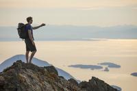 写真を撮るハイカーの男性 ハイキング