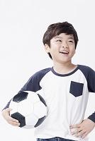 サッカーボールを持つ子供