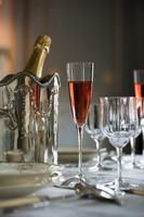 赤スパークリングワインとテーブルコーディネート