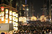 京都府 祇園祭前祭 提灯に灯りともる宵山の山鉾と人波