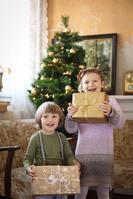 クリスマスプレゼントを持つ兄弟
