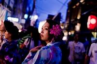 夜の祭りの浴衣女性