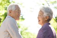 笑顔で話すシニア夫婦