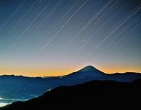 山梨県 星と夜明けの富士山
