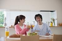 ダイニングテーブルで食事をするカップル
