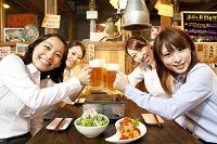 ビールで乾杯する日本人女性達