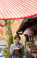 紅葉狩り茶屋でくつろぐ日本人女性