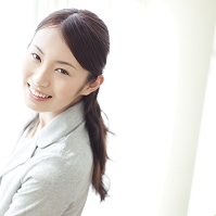 振り返って笑う日本人女性