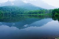 長野県 戸隠森林植物園 戸隠山と鏡池