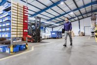 倉庫で働く外国人男性