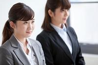 椅子に座る日本人ビジネスウーマン