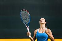 ガッツポーズする女子テニス選手