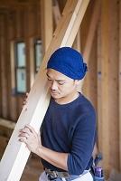 板材を持つ大工