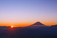 山梨県 櫛形林道より望む富士山と朝日