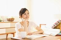 勉強をする日本人女性