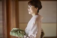 風呂敷を持った着物を着た日本人女性