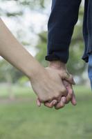 手を繋ぐ若いカップル