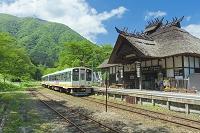 福島県 新緑の湯野上温泉駅と列車