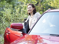 車に乗る40代の日本人女性