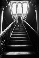 階段を上る外国人