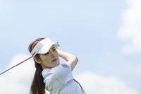 ゴルフをする20代日本人女性