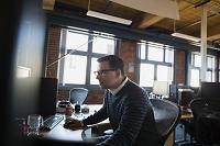 カジュアルなオフィスにいるビジネス男性
