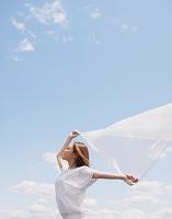 風を感じる女性