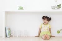 リビングで座る日本人の女の子
