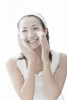 洗顔フォームを顔に塗る若い日本人女性