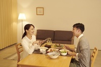 スマートフォンをリモコン代わりに使う日本人女性