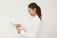 iPadを使うビジネスウーマン