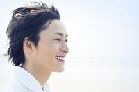 笑顔の日本人男性の横顔