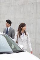 営業車と日本人ビジネスパーソン