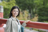 お寺を観光する若い女性